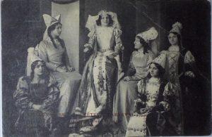 8a Chalon_reine et ses demoiselles d'honneur 1914