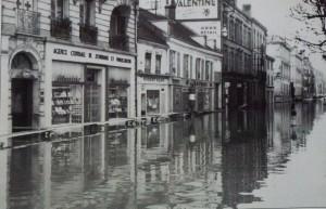 Chalon_inondation de la rue de la banque 1955.